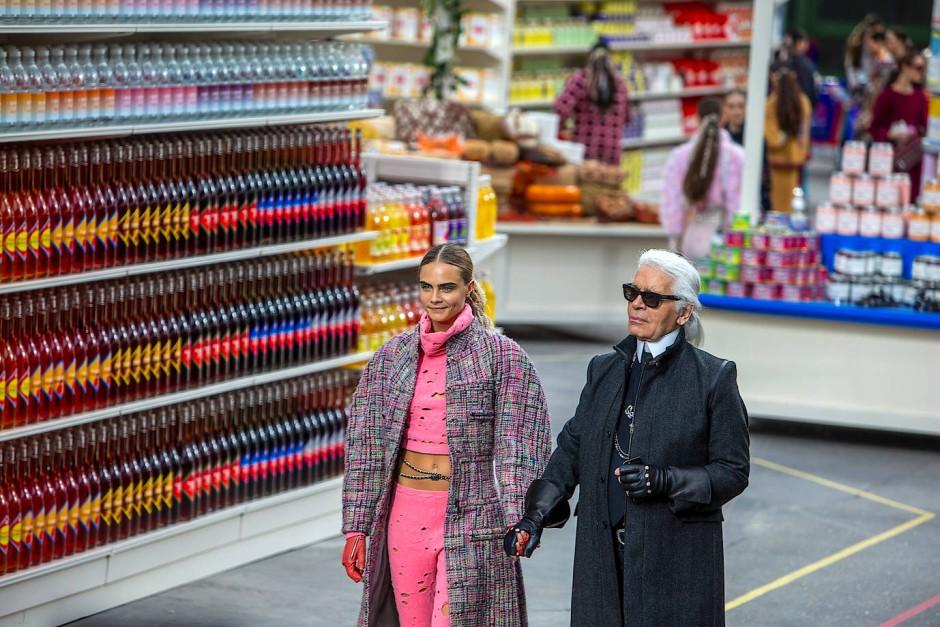 Ein nachgebauter Supermarkt als Kulisse: Lagerfeld und Cara Delevingne beim Chanel-Abschluss-Defilee im Grand Palais in Paris im März 2014