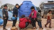 Das Nötigste ist knapp: Kinder füllen in Idlib Wasser ab.
