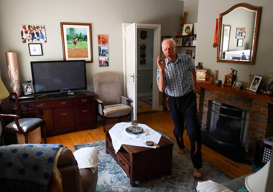 Der ehemalige Athlet Pat Naughton ist 87 Jahre alt und trainiert während des Lockdowns in seiner Wohnung in Irland.