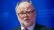 Reinhard Müller bei einer Pressekonferenz zur Vorstellung des Verfassungsschutzberichts im November 2020 in Schwerin