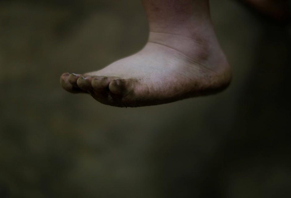 Der Fuß ist vom Sand des Dohyo bedeckt, einem klassischen Ring der Sumos.