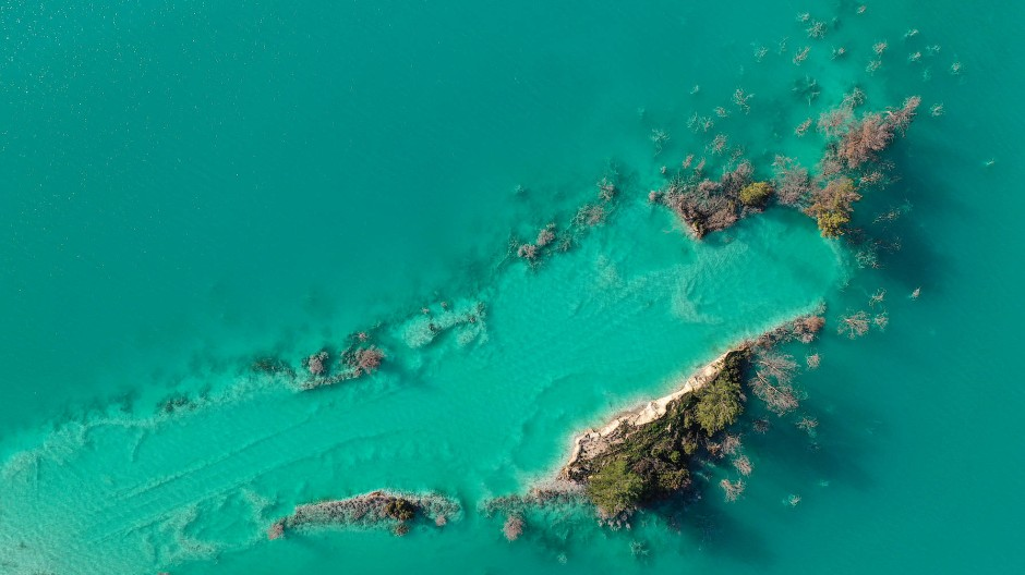 Was auf den ersten Blick nach Karibik aussieht, ist ein verschmutzter See in der Türkei. Durch das nahegelegene Elektrizitätswerk enthält das Wasser Schwermetalle wie Selen, Cadmium, Nickel und Kupfer.