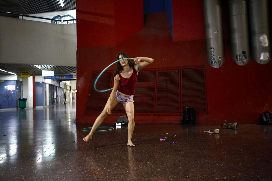 Stav Pinto übt mit einem Hula Hoop Reifen für ihre Zirkusshow.