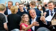 Armin Laschet knipst in Erfurt Selfies mit einer Unterstützerin.
