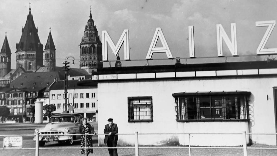 Alte KD-Station - Die Agentur der Köln-Düsseldorfer Rheindampfschifffahrt, aufgenommen ca. 1955. Der dahinter zu sehende Halleplatz war der Ort für viele Mainzer Großveranstaltungen, wie die Frühjahrs- und Herbstmesse, Zirkusse und auch den Weinmarkt, bevor er dem Bau des Rathauses weichen musste.
