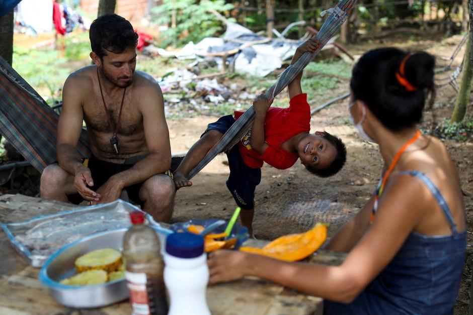 Ihre Freizeit verbringt Vanda am liebsten mit der Familie, wie hier mit ihrem Neffen und ihrem Mann Sidnei dos Santos.