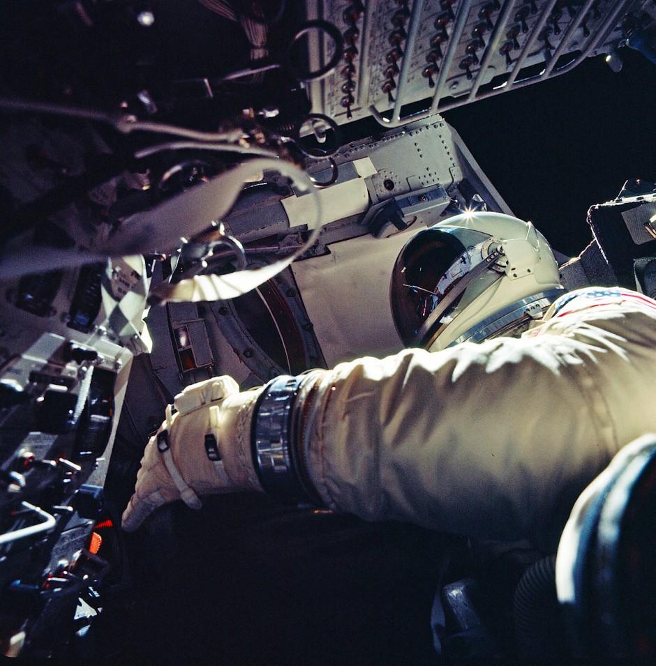 Gemini-9-Mission: Gene Cernan bei seinem Außeneinsatz. Das Visier seines Helmes beschlug, er konnte nichts mehr sehen und brach den Einsatz ab.