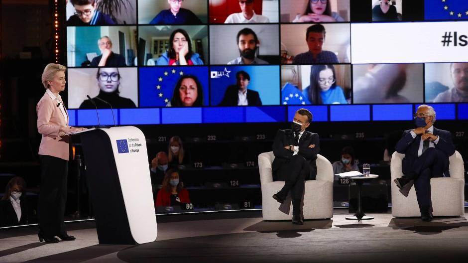 Auf Distanz: EU-Kommissionspräsidentin Ursula von der Leyen (l.), Frankreichs Präsident Emmanuel Macron (m.) und die zugeschalteten Diskussionsteilnehmer der Konferenz über die Zukunft Europas