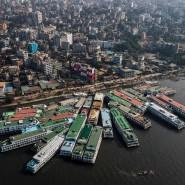 Passagierschiffe sind am Rande der Stadt Dhaka zusammengetäut.