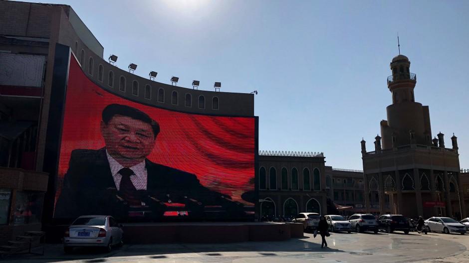 China, Kaschgar: Auf einer Videowand in der westchinesischen Stadt ist Präsident Xi Jinping zu sehen.