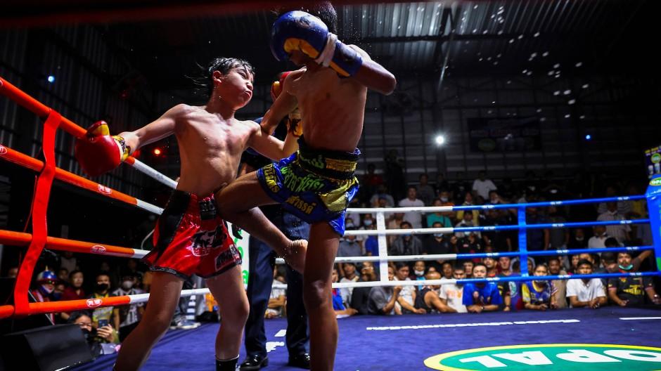 Die jungen Muay Thai-Boxer Thantap Wor Uracha, 9 und sein Gegner Sanchai  kämpfen in einem Boxstall in der Provinz Chachoengsao, etwa 80 km östlich von Bangkok.