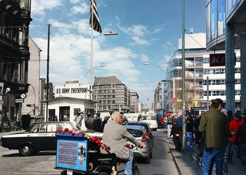Kreuzberg angrenzend an Mitte, Checkpoint Charlie (Friedrich-/Ecke Zimmerstraße): Der Checkpoint Charlie war der bekannteste Grenzübergang zwischen Ost- und West-Berlin. Er durfte von alliierten Militärangehörigen, Diplomaten, Ausländerinnen und Ausländern sowie DDR-Bürgerinnen und -Bürgern genutzt werden, nur nicht von Bürgern der Bundesrepublik und aus West-Berlin. Als die SED-Führung im Herbst 1961 versuchte, die Rechte der Westmächte zu beschränken, fuhren am 27. Oktober 1961 am Checkpoint Charlie US-amerikanische und sowjetische Panzer auf und standen sich drohend gegenüber. Im Umfeld des Kontrollpunktes wurde am 17. August 1962 der 18- jährige Peter Fechter auf der Flucht erschossen. Direkt im Grenzübergang wurde am Abend des 5. Januar 1974 der 23-jährige Volkspolizist Burkhard Niering durch Schüsse getötet. Er hatte einen Passkontrolleur als Geisel genommen und versucht, mit vorgehaltener Maschinenpistole seine Flucht zu erzwingen.