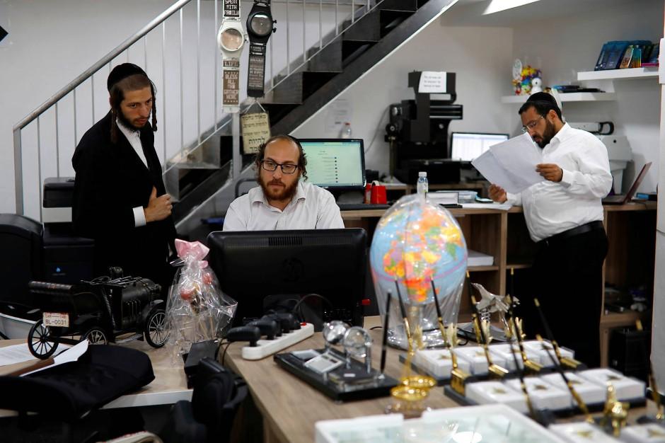 """Der ultra-othodoxe Jude David Hamburger arbeitet in seinem Geschäft in der israelischen Siedlung Beitar Illit. Die Siedlung wurde 1990 für die ultra-orthodoxe Bevölkerung errichtet, aber """"nicht aus ideologischen Gründen"""", wie der 36-jährige sagt. Es gebe keine andere Möglichkeiten ein Haus außerhalb der Siedlung zu erwerben."""