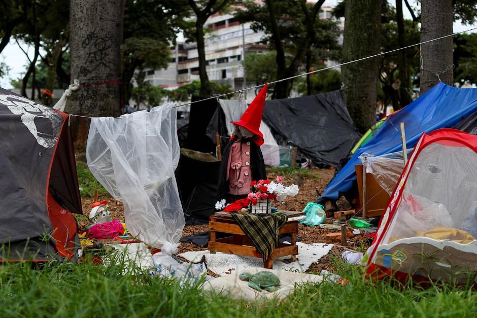 Zelte stehen als Unterkünfte der Obdachlosen auf dem Princesa Isabel Square.