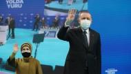 Der türkische Präsident Recep Tayyip Erdogan und seine Ehefrau Emine bei einem Parteikongress in Trabzon am 16. Februar