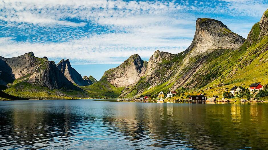 Norwegen: Fast schon unwirklich muten die von Gletschern geschliffenen Berge des Vorfjorden auf Lofoten an. Wer jemals das Glück hatte, hier solch schönes Wetter zu erleben, wird den Anblick wohl nie vergessen. Alle paar Wochen wird der Fjord sogar von einer kleinen Gruppe Orcas besucht, die hier jagen.