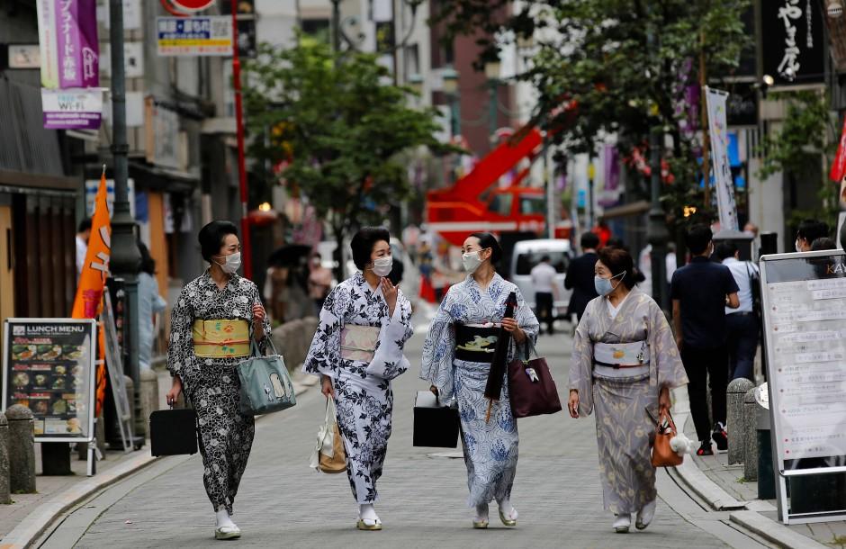 Nach einer Tanzstunde gehen die Geishas ausgelassen durch Tokio.