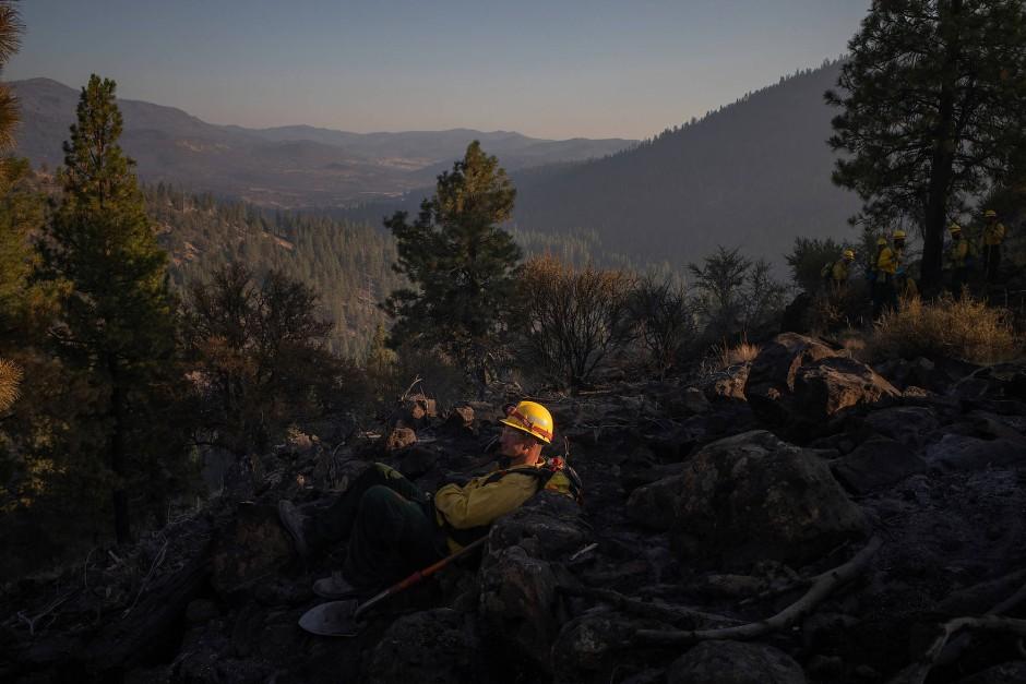Häftling Matthew Tice macht eine Pause während seiner Schicht in den Wäldern.