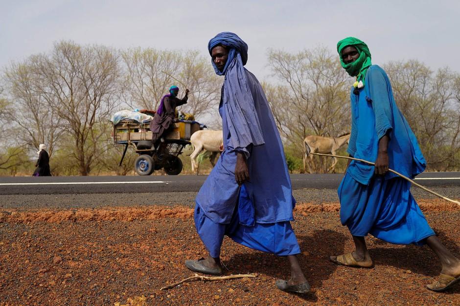 Zwei Männer des Fulani Stammes auf dem Weg in den Barkedji-Dodji Wald, der Teil des Great Green Wall Projektes ist.