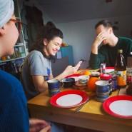 Die Studenten Simon Schwan, Anna Bardavelidze und Jette Büshel beim Experiment zum Thema Wohnungsmangel.