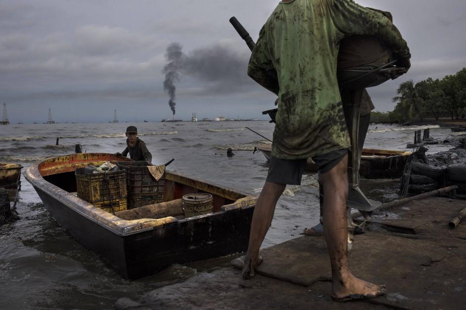 Vor der Kulisse der Anlagen von La Salinas geht es aufs Meer.