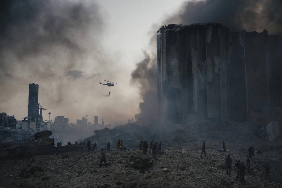 Nach der Explosion auf dem Hafengelände von Beirut versuchen Feuerwehrmänner, die Brände zu löschen.