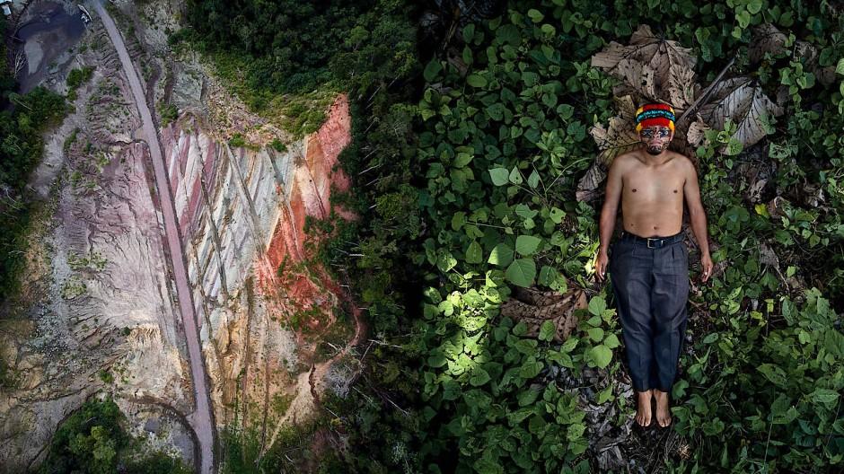 Sieger der Kategorie Creative: Pablo Albarenga verbindet in seiner Serie Seeds of Resistance Bilder von gefährdeten Landschaften mit Porträts der Aktivisten, die für deren Erhaltung kämpfen – in diesem Fall der Indigene Julian Illanes aus Ecuador neben der Straße in das Achuar Territorium.