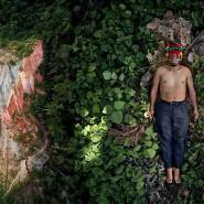 """Sieger der Kategorie Creative: Pablo Albarenga verbindet in seiner Serie """"Seeds of Resistance"""" Bilder von gefährdeten Landschaften mit Porträts der Aktivisten, die für deren Erhaltung kämpfen – in diesem Fall der Indigene Julian Illanes aus Ecuador neben der Straße in das Achuar Territorium."""