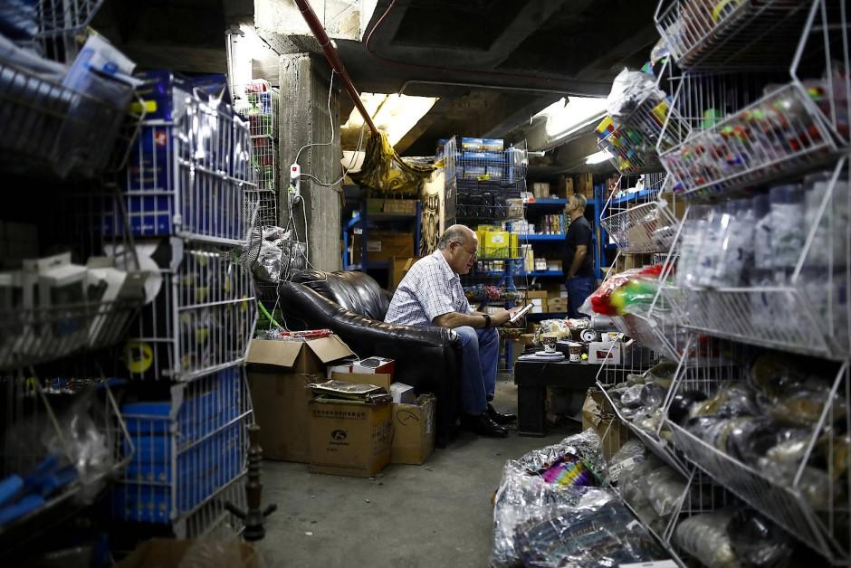 Händler Daniel Gaz verkauft im Ergeschoss Waren aller Art.