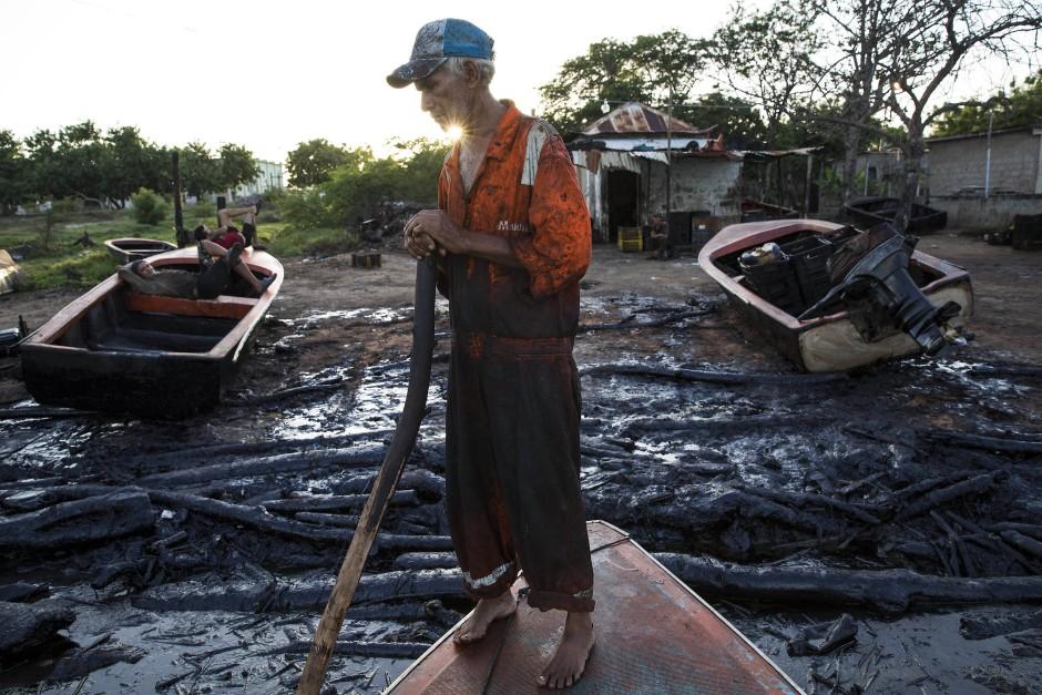 Ölverseucht sind Strand und Treibholz. Niemand lebt so eng mit dem Ölschlamm wie die Fischer von Cabimas.