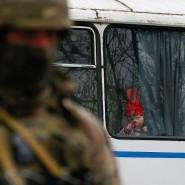 Ein Mädchen schaut aus dem Fenster eines Busses, der zwischen dem von der Ukraine und dem von prorussischen Separatisten kontrollierten Gebiet kreuzt.