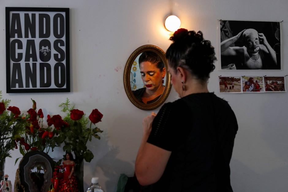 Andrea Macera schminkt sich vor ihrem Einsatz mit Flavio. Sie nennt ihren Charakter Mafalda Mafalda.