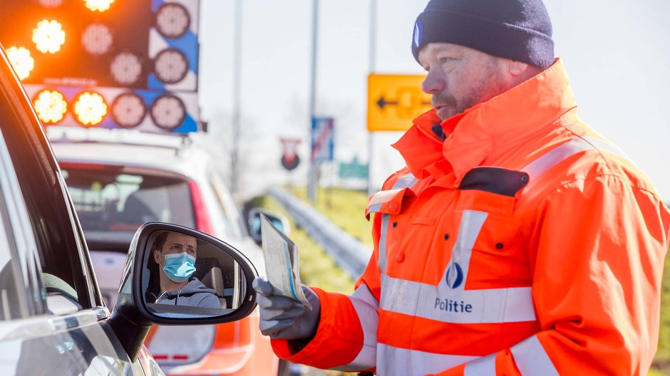 Rein dürfen nur Belgier: Die belgische Polizei stoppt britische Autofahrer in De Panne an der Grenze zu Frankreich.