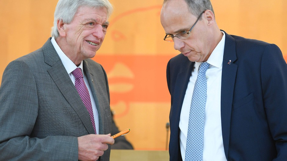Potentieller Nachfolger? Bouffier und Beuth im Mai zu Beginn einer Sitzung im hessischen Landtag