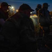 Mitglieder der Gruppe machen eine Zigarettenpause während ihrer nächtlichen Patrouille.