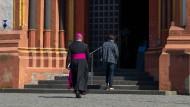 Der Limburger Bischof Georg Bätzing auf dem Weg in den Dom. Der Karfreitagsgottesdienst wird im Internet übertragen.
