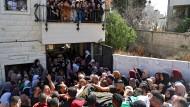 Trauernde mit dem Leichnam eines von israelischen Soldaten getöteten Palästinensers im Westjordanland am 26. September