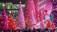 Weihnachtsbäume in der Harbour City Shopping Mall in Hongkong.