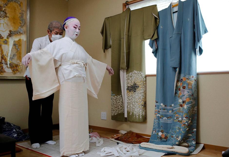 Bei Shoichi Sanagashi, Schneider für Kimonos, lassen sich viele der Geishas einkleiden.