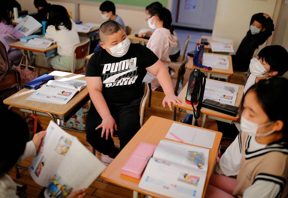Kyuta diskutiert mit seinen Mitschülern. Er geht auf die Meiji Grundschule in Tokio.