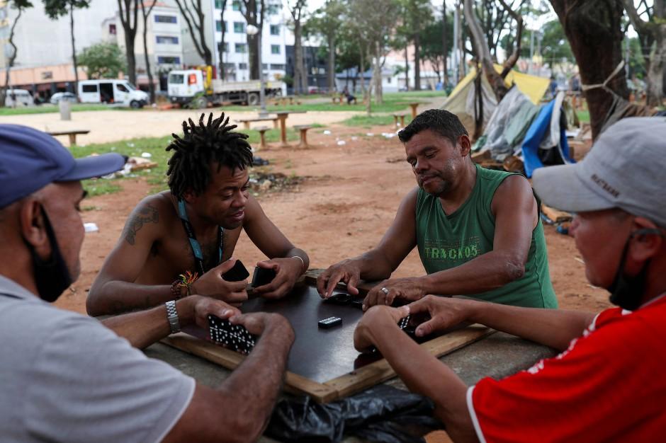 Männer spielen Domino am Princesa Isabel Sqaure, der im Areal des Cracklands liegt.