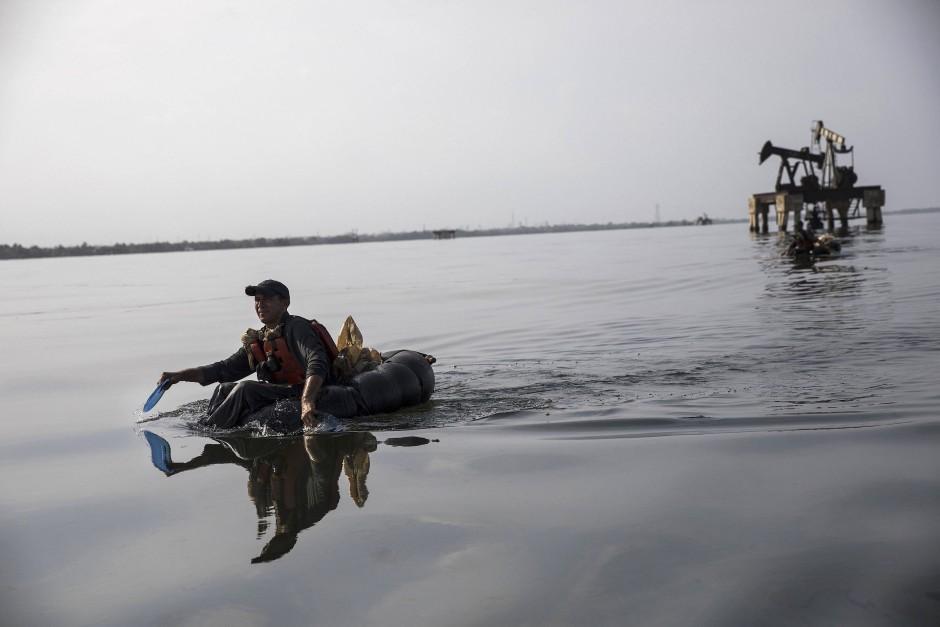 Noch nicht mal ein Boot: im LKW-Schlauch zum Angeln aufs Meer.