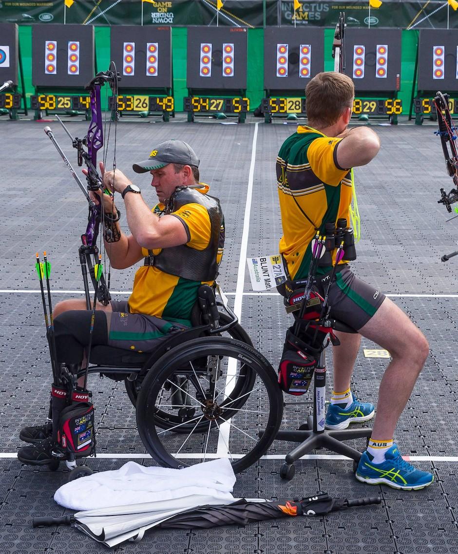 Die australischen Bogenschützen Garry Robinson (l) und Matt Blunt (re) bereiten sich auf den Wettkampf vor.