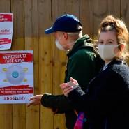 Zum Schutz der Allgemeinheit: Immer mehr Deutsche tragen Gesichtsmasken – und auch ein Berliner Schuhgeschäft versucht, Masken an den Mann zu bringen.