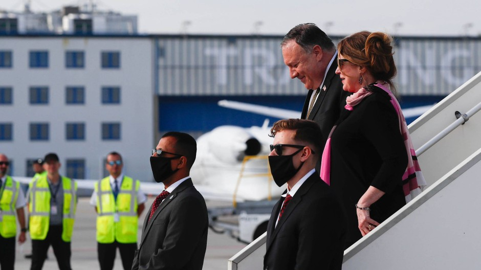 Mike Pompeo und seine Frau Susan bei der Ankunft am Prager Flughafen am 11. August