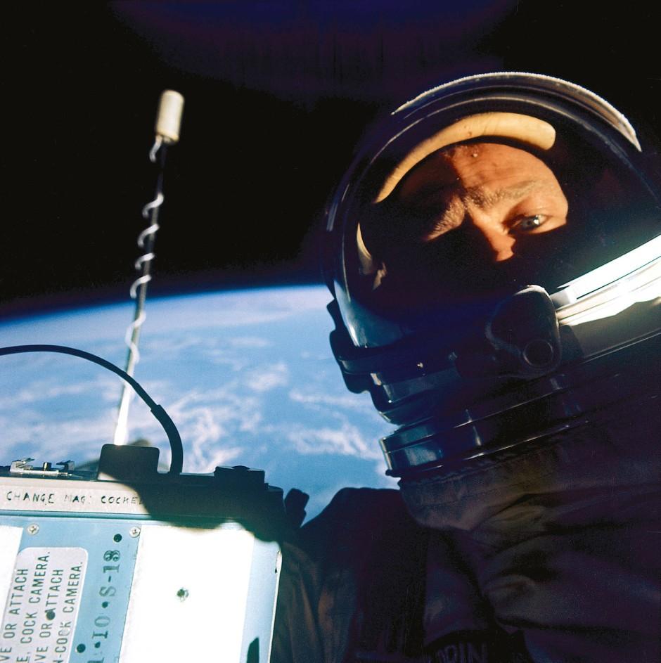Gemini-12-Mission im November 1966: Buzz Aldrin beim Außenbordeinsatz. Zweieinhalb Jahr später sollte er als zweiter Mensch auf dem Mond landen.