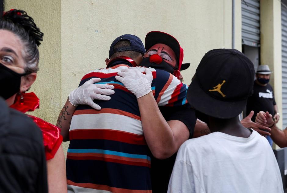 Flavio umarmt einen der Männer aus dem Crackland.