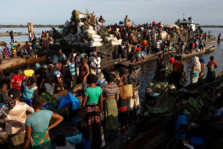 Auf den Booten am Lingunda Markt wird illegal geschossenes Fleisch verkauft.