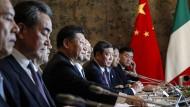 """Der chinesische Staatschef Xi Jinping und seine Delegation bei der Unterzeichnung einer Absichtserklärung mit Italien über die """"Neuen Seidenstraße"""" im März 2019."""