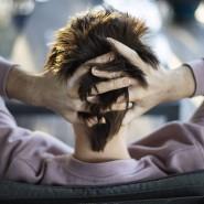 Der opiatabhängige Sam Ware rauft sich die Haare, als seine Mutter versucht  ihn zu einer Entziehungskur zu überreden.